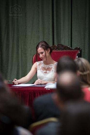 17b8bd021c Mindig öröm olyan esküvőn fotózni, ahol a násznép is aktívan részt vesz az  este alakításában. Zsófi és Domi esküvője pont ilyen volt.